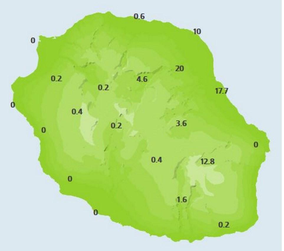 A midi: cumuls de pluie en 24heures dans les stations de Météo France. On note 17.7mm à Saint Benoît par exemple. Les stations de la moitié ouest affichent néant.