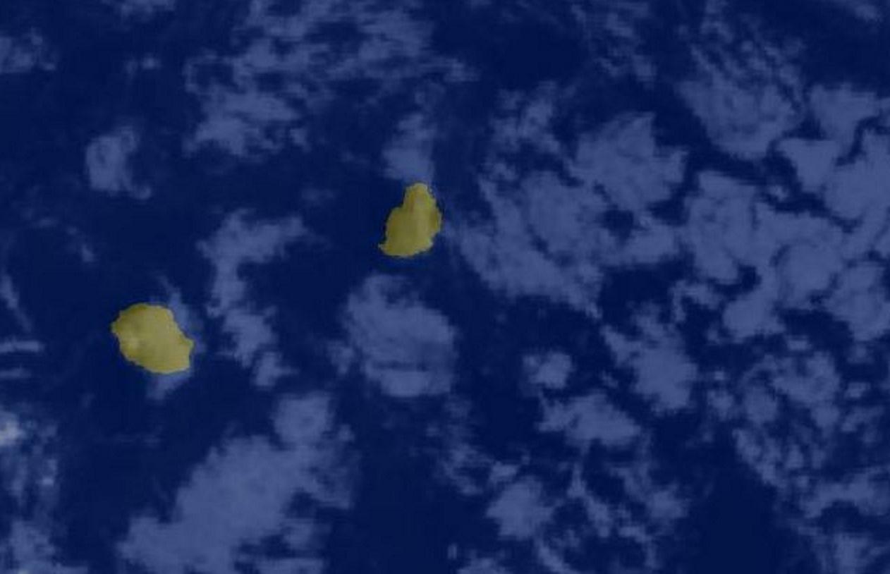 06heures: l'image satellite montre des nuages poussés par les alizés se trouvant à l'est de MAURICE.