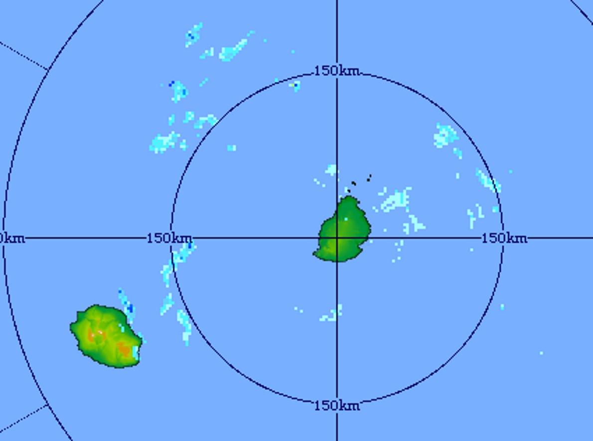 06h01: l'image du radar de Trou Aux Cerfs montre bien les nuages donnant de faibles averses à l'est des deux îles. Crédit image MMS