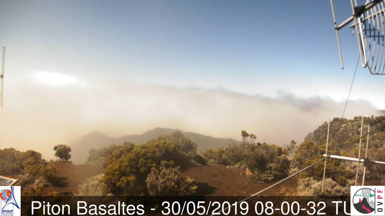 Magnifique ciel au volcan à midi alternant soleil, brouillard et ondées. Météo Réunion.