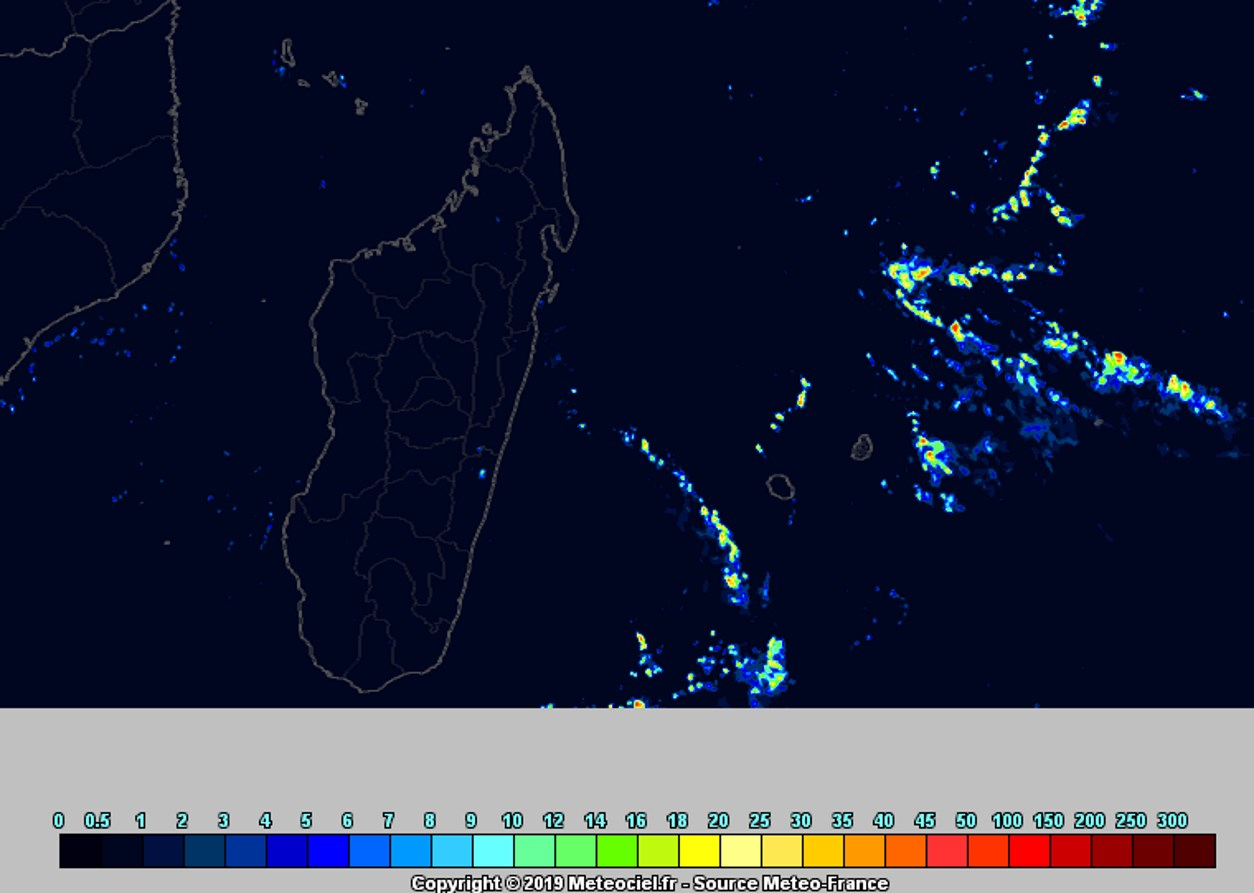 Simulation du modèle AROME de Météo France pour la fin de la journée de Vendredi: instabilité en hausse sur la zone avec une bande pluvieuse en approche de la REUNION par le sud-ouest. METEOCIEL