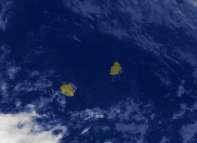 5h15: peu de nuages dans le voisinage immédiat de MAURICE. L'instabilité pourrait augmenter par le nord-est en fin de journée.