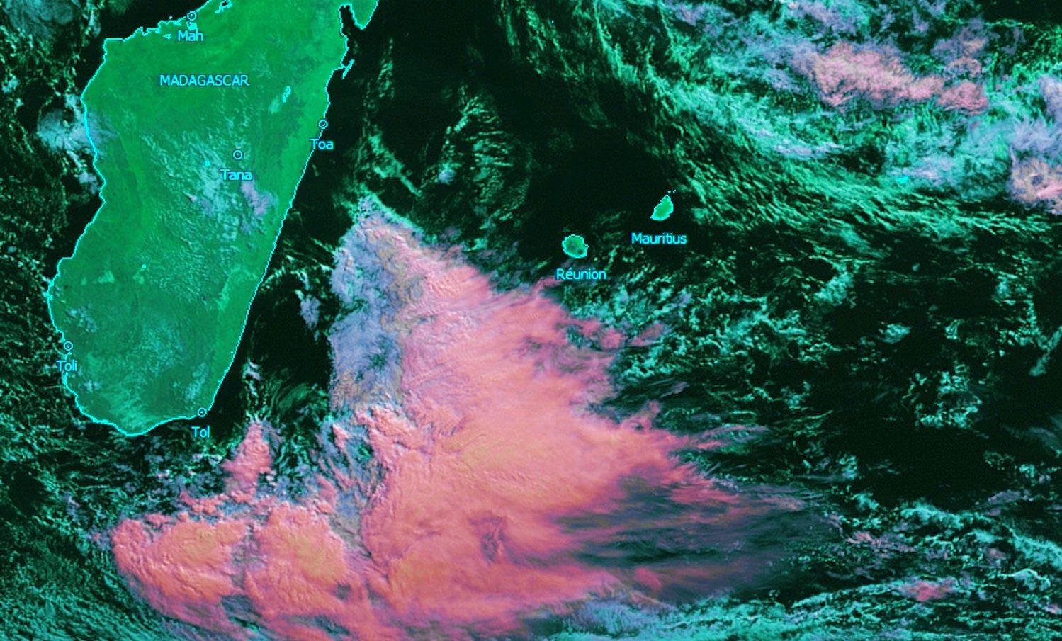 Image satellite: Météosat à 10heures. La REUNION et MAURICE sont dans une zone de beau temps avec de l'instabilité au nord-est et une zone dépressionnaire au sud-est de MADA. Crédit image: KOBUS