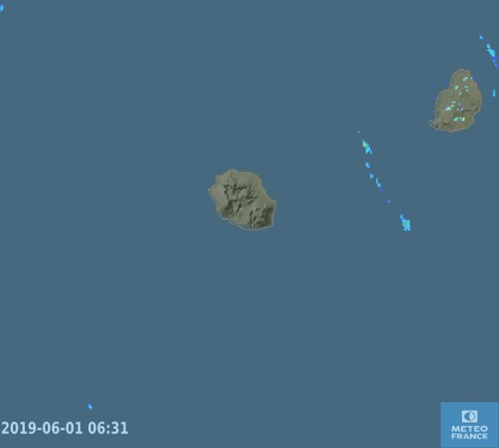 6h31 ce matin. Les radars de Météo France confirment le temps calme et sec dans le voisinage de la REUNION. Quelques averses sur MAURICE.