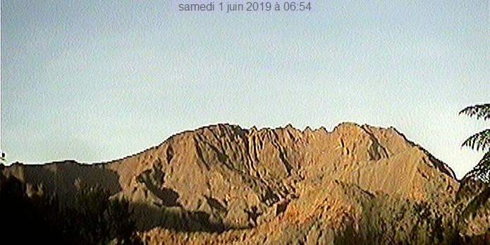 6h54 ce matin. Le Gros Morne au soleil. Météo Réunion.