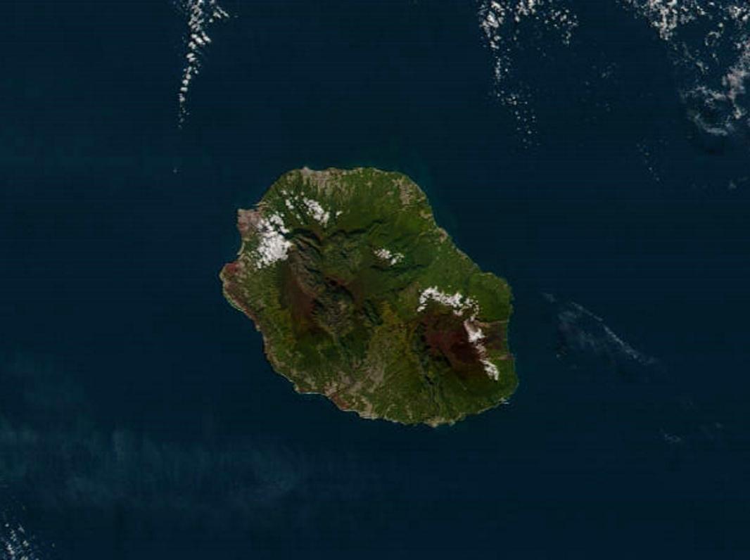 Photo satellite en haute résolution de 10h30 ce matin. La REUNION bien isolée de son environnement jouit d'un temps splendide contrairement à MAURICE et surtout à RODRIGUES. NASA US