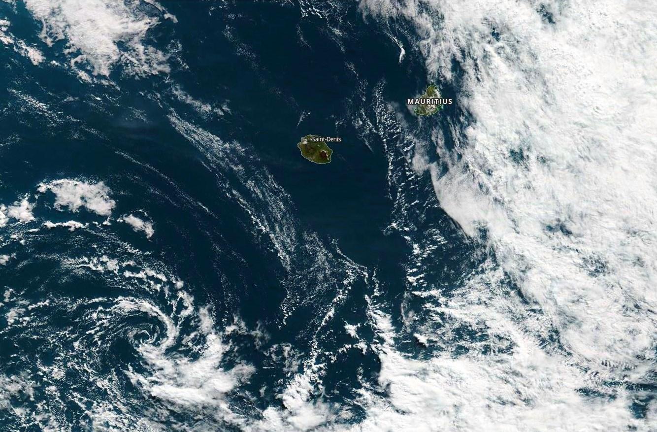 Même photo satellite que l'image ci-dessus mais avec un plan plus large. Une petite circulation dépressionnaire évolue à 460km au sud-ouest de Saint Pierre. Le temps est variable à Maurice qui a échappé aux pluies comme prévu. En revanche des pluies de forte intensité ont provoqué des inondations en quelques heures à Rodrigues en fin de nuit dernlère. Les nuages actifs sont bien visibles à l'est de Maurice. NASA US