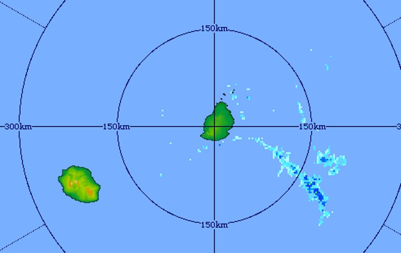 05h31: le radar de Trou Aux montre des averses persistant au large de MAURICE mais le temps devrait être calme et doux ce Dimanche. Crédit image MMS.