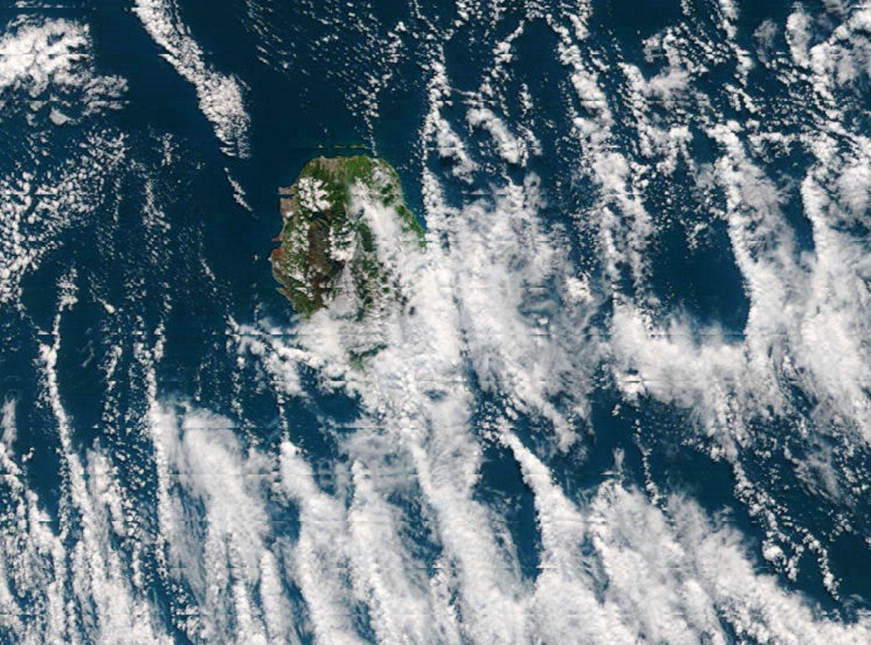 La Réunion vue par le satellite Terra à 10h15 ce matin. L'extrême nord-ouest est abrité par le relief des vents de sud-est alors que le sud sauvage subit les arrivées des nuages d'alizés qui restent accrochés aux pentes et provoquent de bonnes averses. NASA US.