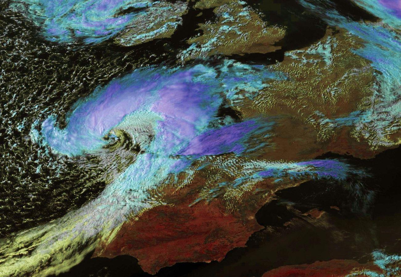 """18h/Bretagne: la tempête """"MIGUEL"""" actuellement au nord nord-ouest du Portugal remonte vers la Bretagne. AB. Enhanced par PH."""
