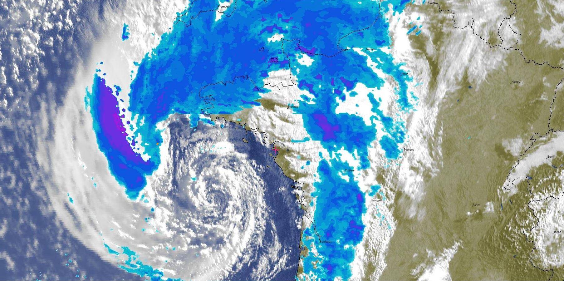Photo satellite Météosat ce matin à 7heures/France. Le centre de la tempête remontait vers le sud de la Bretagne.