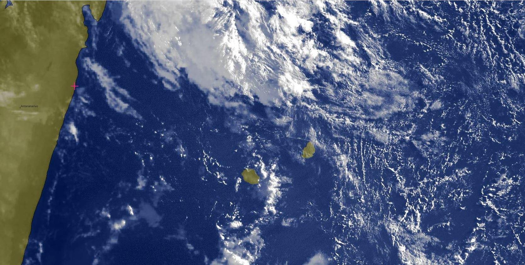 Photo satellite de 7h15: les nuages actifs sont loin au nord de MAURICE.