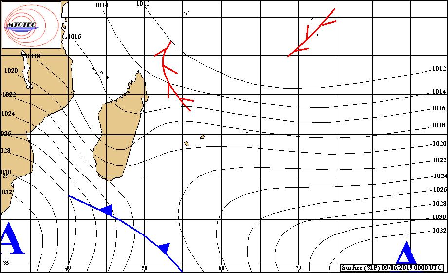 Les averses du système frontal atténué(en bleu) s'approchent par le sud-ouest alors que l'anticyclone(A) leur emboîtera le pas et renforcera nettement l'alizé sur les Mascareignes après le répit dominical. MTOTEC