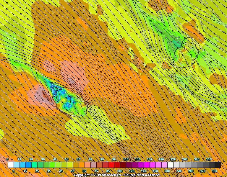 Simulation du modèle Arome cet après midi. Il montre de fortes rafales au large de la REUNION. En interprétant l'analyse on peut ajuster et anticiper les plus fortes rafales entre Pierrefonds et l'Etang Salé , vers la Saline, entre Saint André et Gillot et vers Sainte Rose. METEO FRANCE