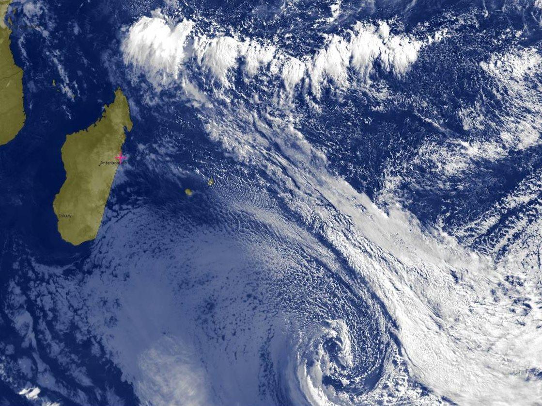 7heures ce matin: belle circulation cyclonique loin au sud-est des Mascareignes pour cette tempête extra-tropicale à coeur froid accompagnée de son système frontal qui s'étend vers le nord. Plus proche de l'équateur l'activité convective reste forte pour un mois de Juin.