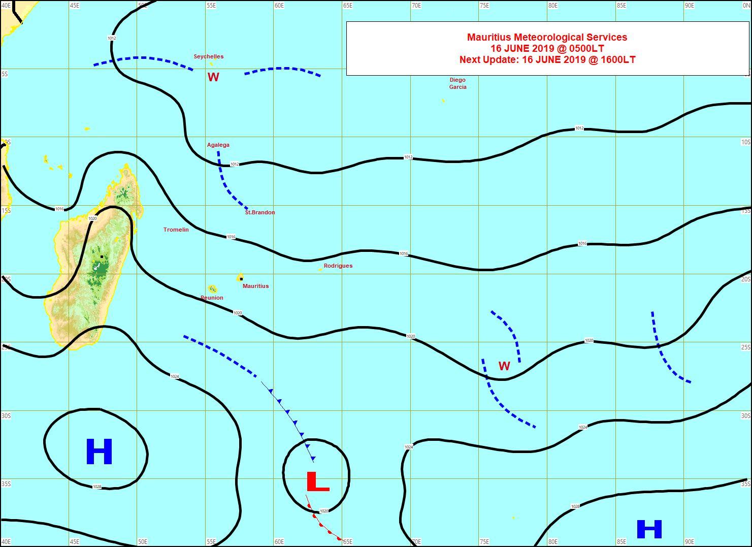 Analyse de la situation de surface ce matin. Un anticyclone(H) modéré vient se positionner au sud des Mascareignes et renforce un peu l'alizé mais sans excès. MMS
