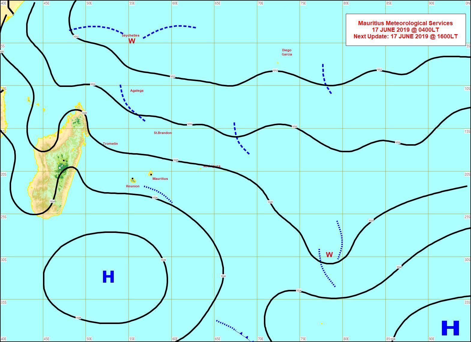 Analyse de la situation de surface ce matin à 04heures. Un anticyclone modéré 1028hpa se trouve au sud des Iles Soeurs. Des nuages sont repris par le flux de Sud-Est et se trouvent au Sud des Iles Soeurs. MMS