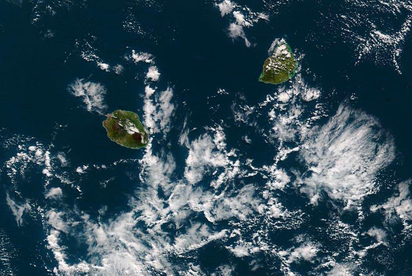 Les Iles Soeurs vues par le satellite Terra à 10h10 ce matin(NASA). Les nuages situés au Sud-Est de la Réunion ont de bonnes chances d'être poussés par les vents d'Est Sud-Est ce soir et la nuit prochaine. Il pourront venir s'échouer sur les côtes Est de l'île entre Saint Joseph et Sainte Marie avec des passages d'averses