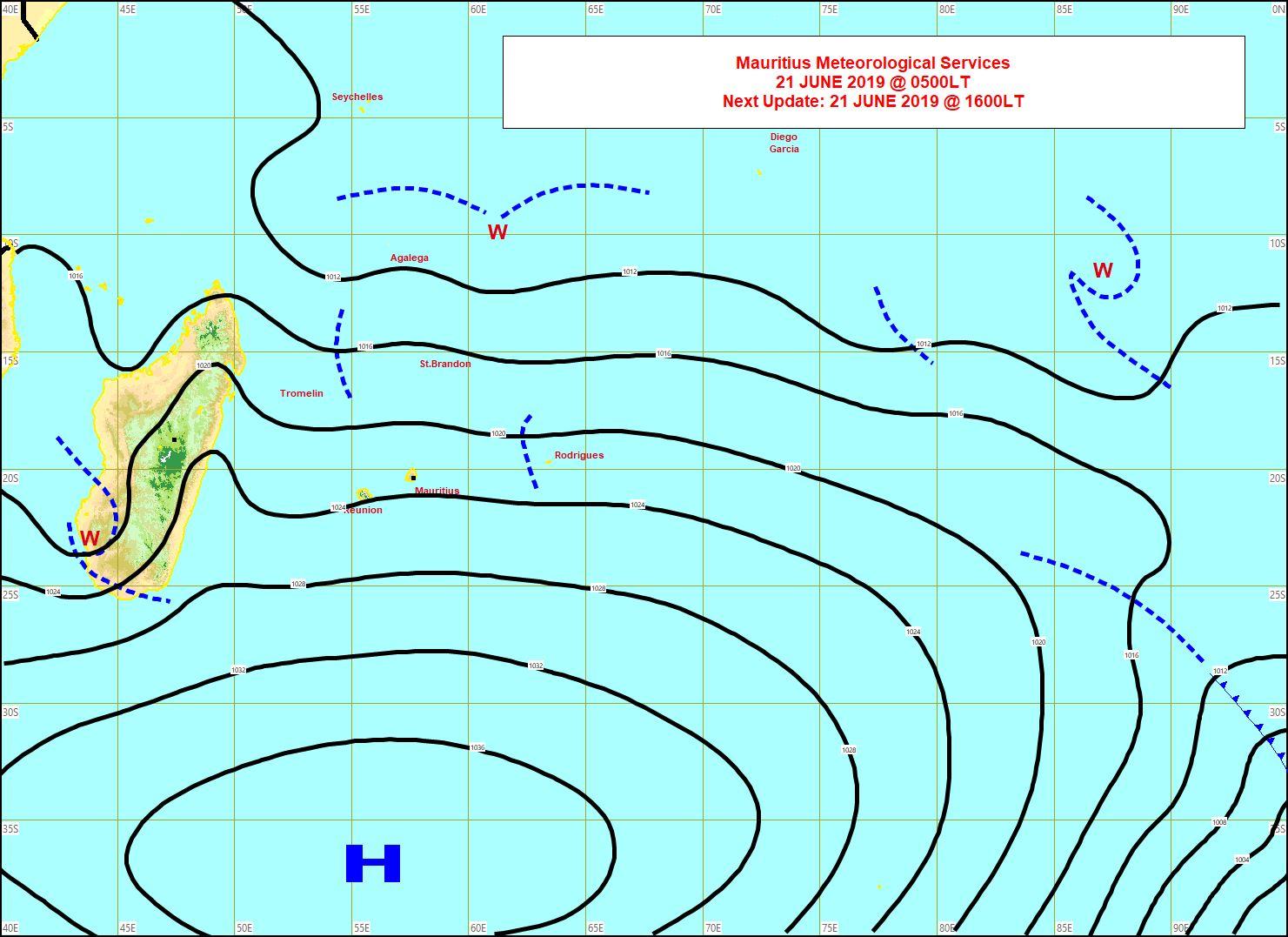 Analyse de la situation de surface tôt ce matin. L'anticyclone(H) est bien ancré au sud des Mascareignes et maintient des alizés soutenus. Toujours de l'instabilité proche d'Agaléga. MMS