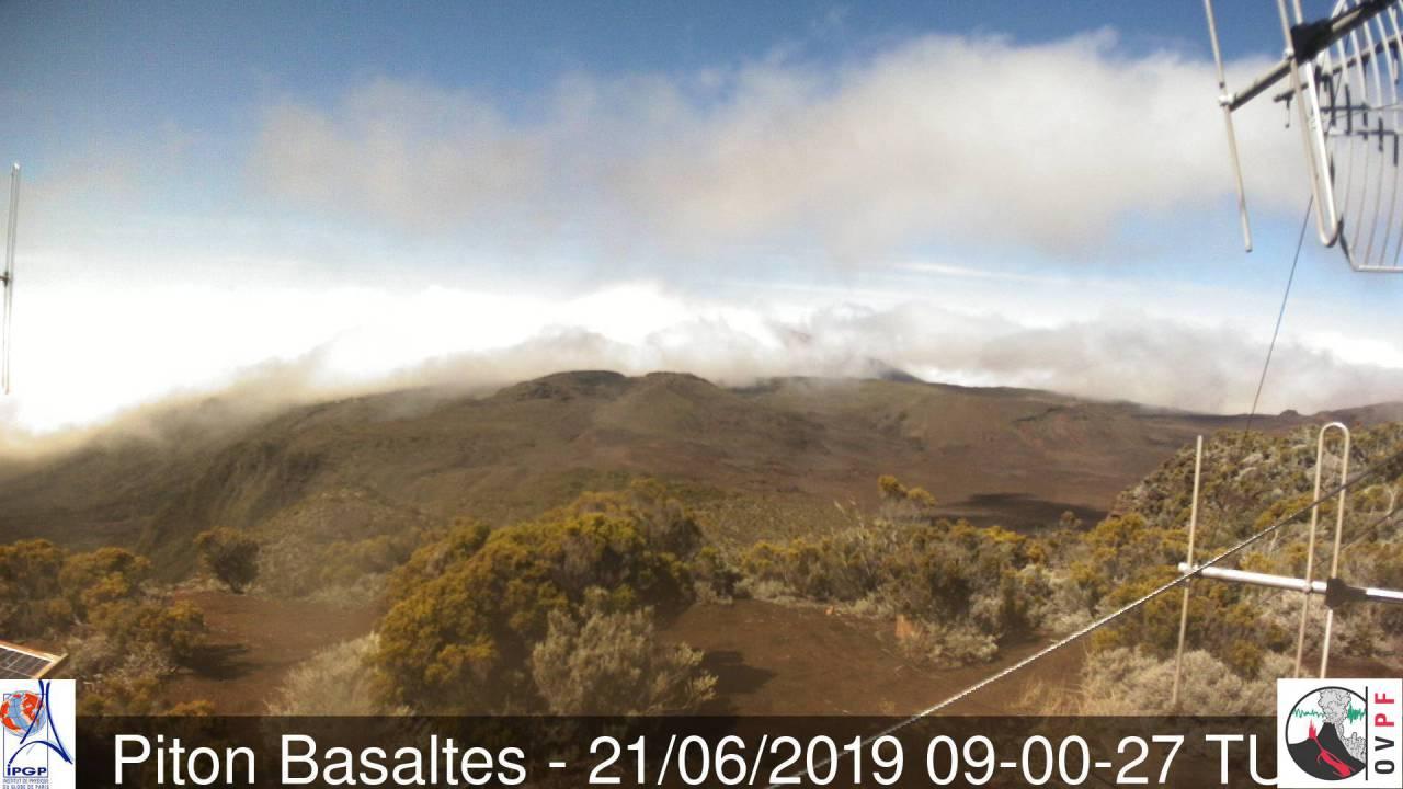 13heures: le soleil perce assez souvent depuis ce matin au volcan mais les températures restent en dessous de 10°. METEO REUNION