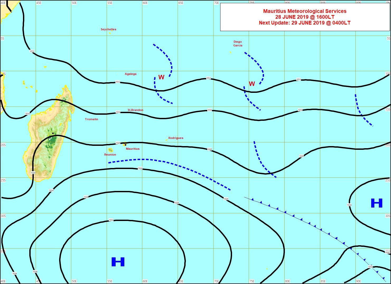 Analyse de surface cet après midi. L'anticyclone est bien positionné au sud des Mascareignes. Les restes d'un système frontal transitent au Sud-Est des Iles Soeurs et avec eux remonte un peu d'humidité passagère. MMS