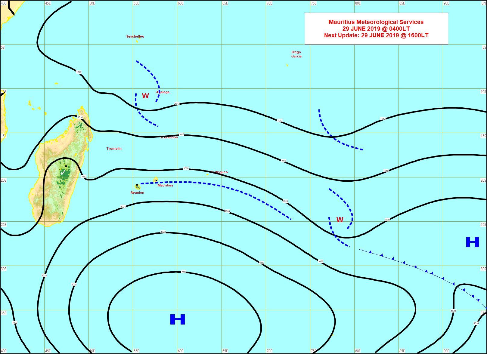 Analyse de surface tôt ce matin. Quelques restes d'un système frontal touchent Maurice. L'anticyclone(H) 1035hpa est encore vaillant et s'affaiblit graduellement. Encore des averses sur Agaléga. MMS