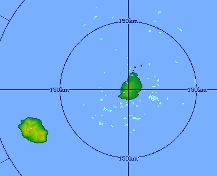 17h51: le radar de Trou Aux Cerfs confirme que les conditions sont plutôt sèches sur la zone des Iles Soeurs. Quelques faibles averses transitent au sud de MAURICE et peuvent toucher brièvement les régions Est et Nord-Est de la REUNION notamment en fin de nuit prochaine.