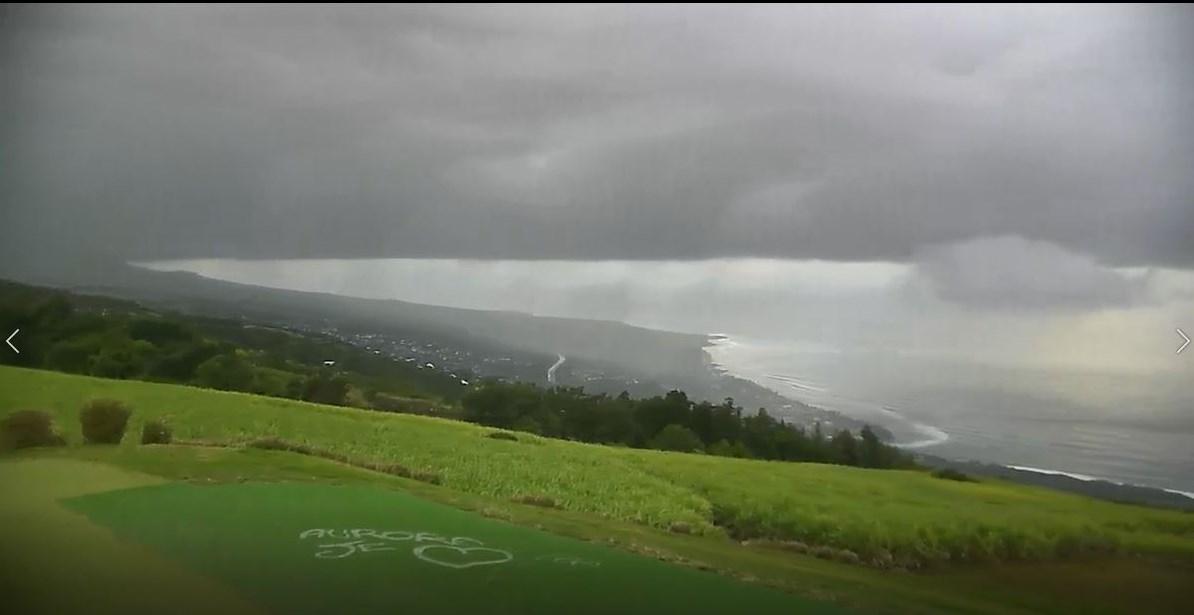 17h15: averses vers Colimaçons qui atteignent la région de Saint Leu en cette fin d'après midi. METEO REUNION