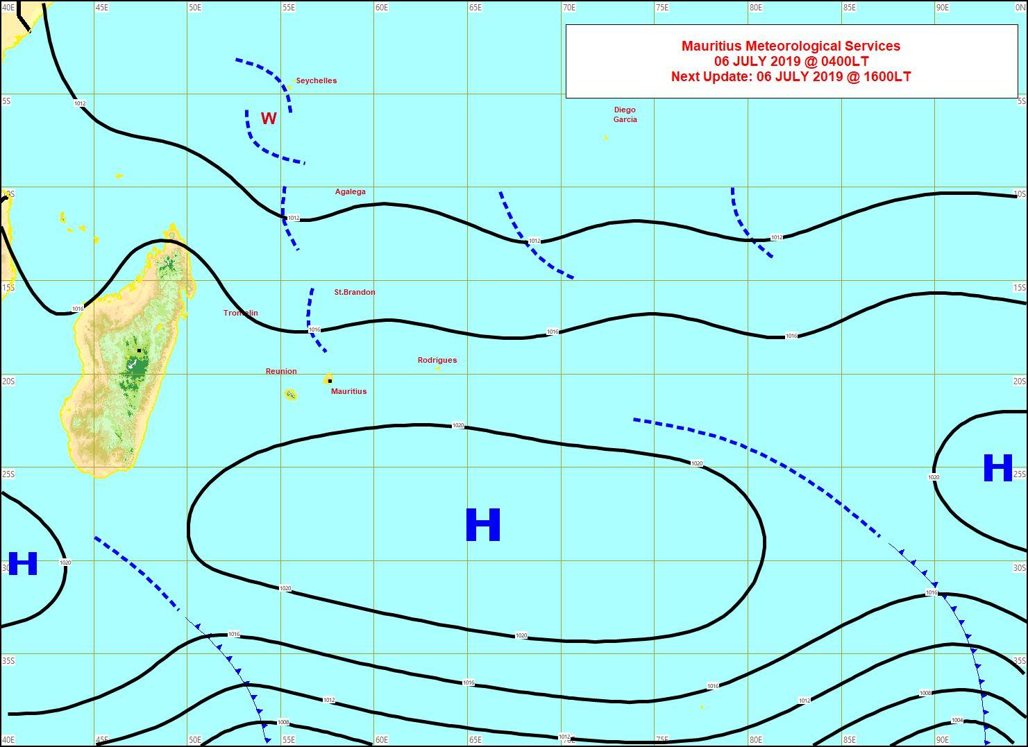 Analyse de la situation de surface ce matin. Une petite ligne d'instabilité(pointillés) s'approche des côtes Nord-Est de la REUNION. MMS