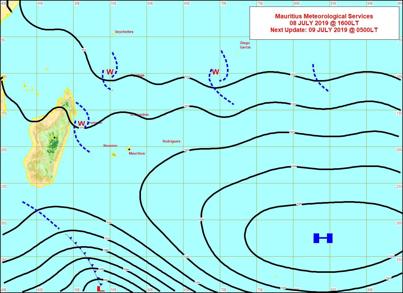 Analyse de la situation de surface cet après midi. Les vents restent faibles sur les Iles Soeurs. La limite nord d'un système frontal se trouve au sud de MADA. MMS