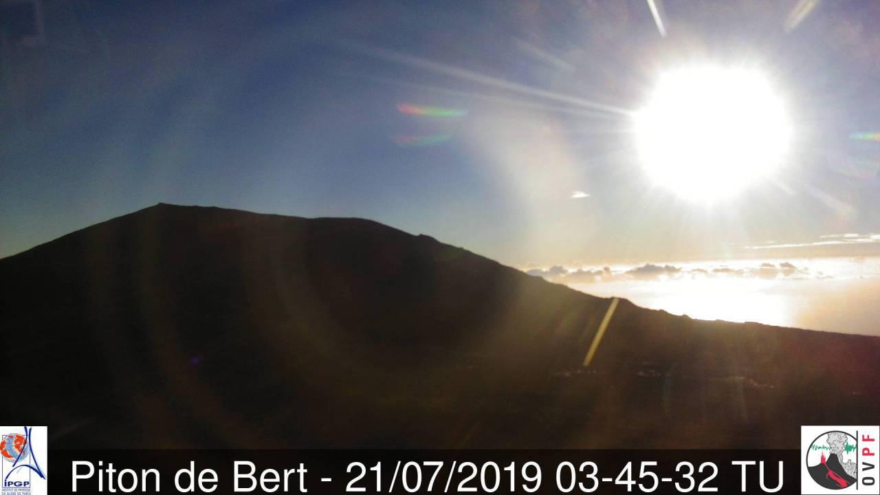 07h45: le volcan retrouve enfin un franc soleil aujourd'hui. METEO REUNION