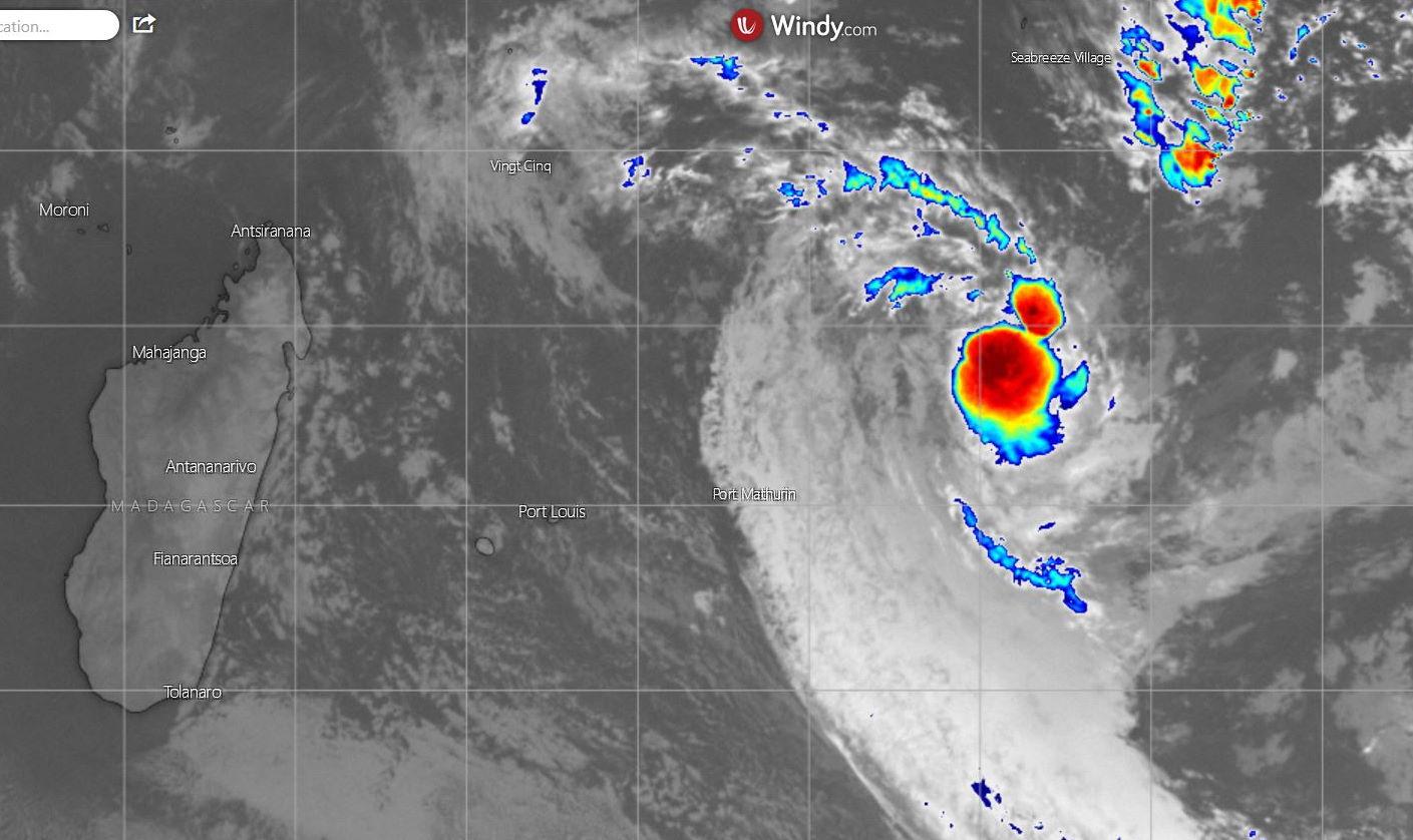 La zone perturbée 01/96S est capturée ici par le satellite Météosat à 23h. La convection s'est quelque peu renforcé au coeur du système.