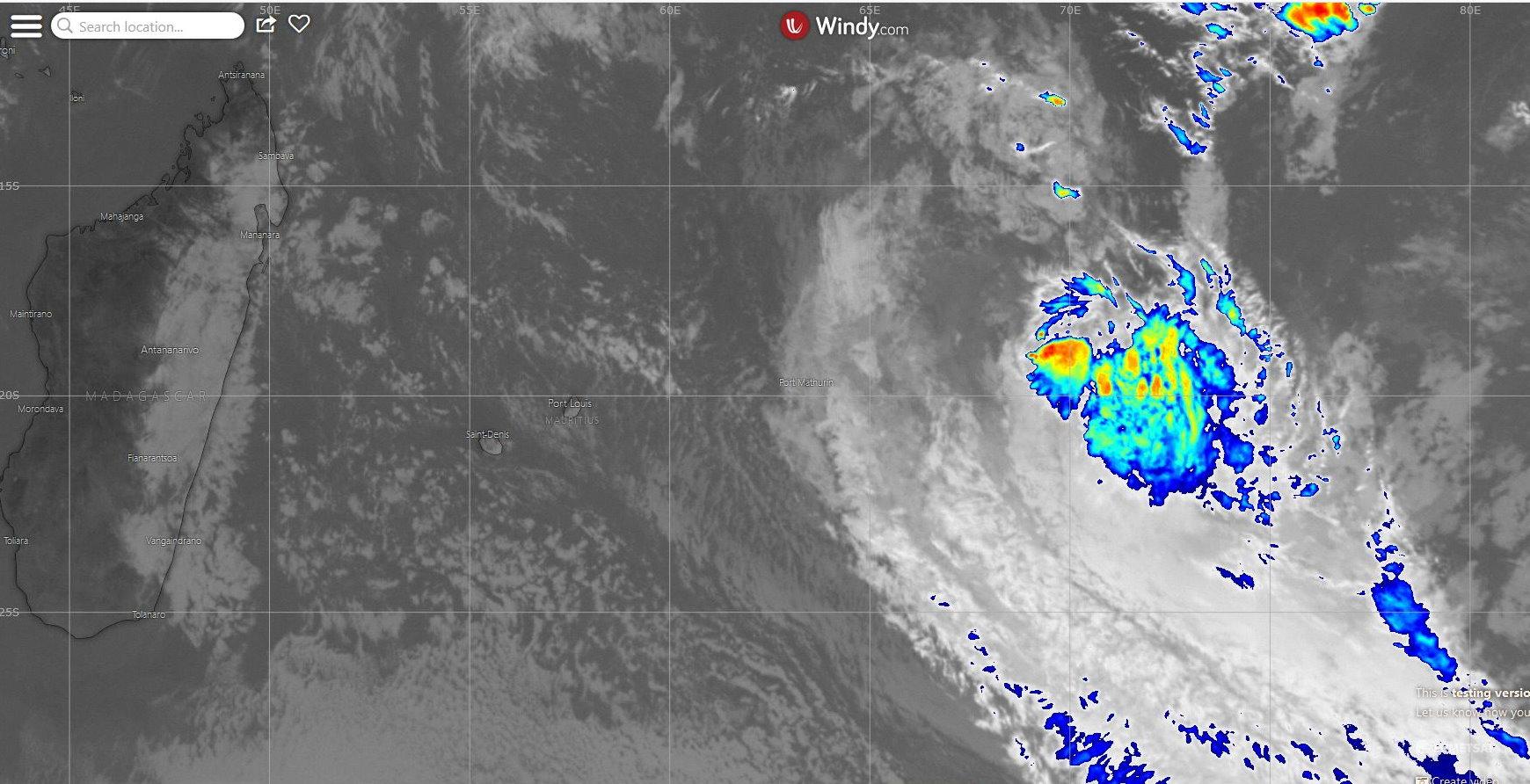 01/96S capturé ce matin à 11h par le satellite Météosat. La convection est mal organisée et s'étend loin au sud du centre qui est mal défini.