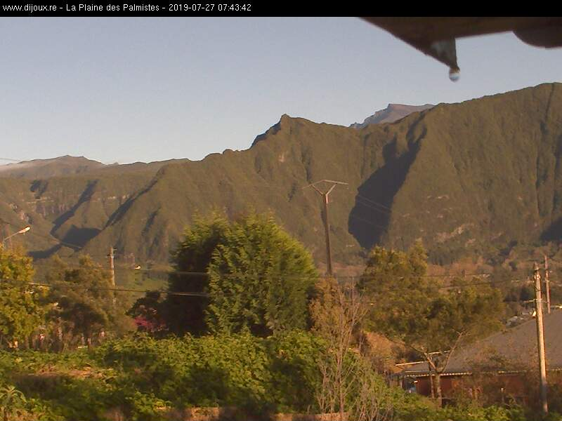 7h43: beau soleil matinal sur les Plaines. Le Piton des Neiges est visible en arrière plan depuis la PDPalmistes. http://www.dijoux.re