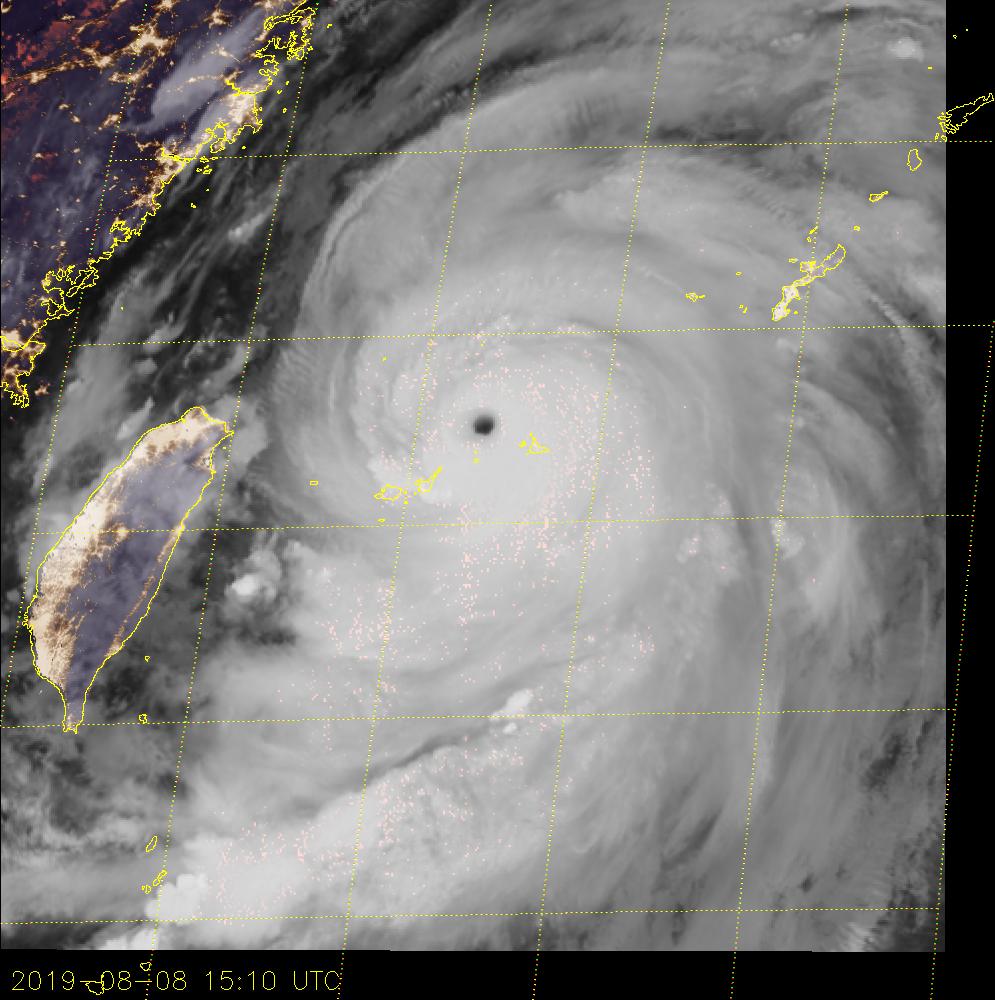 15h10 Temps Universel. L'oeil du Super Typhon LEKIMA passe entre les îles Ishigaki et Miyakojima. Les lumières des mégapoles de la Chine continentale et de Taiwan sont bien visibles.