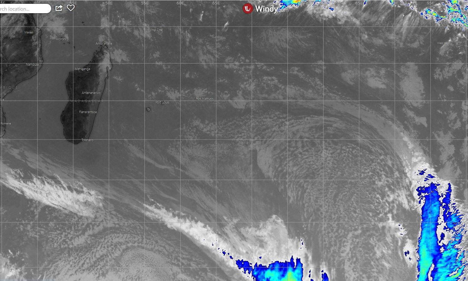 13h15: des nuages assez peu actifs situés actuellement au Sud-Est de MADA remontent lentement vers la REUNION.