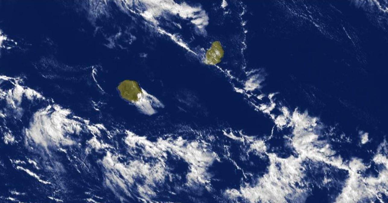 Photo satellite de 9h30: des nuages poussés par un alizé qui se renforce remontent des latitudes Sud vers les Iles Soeurs.