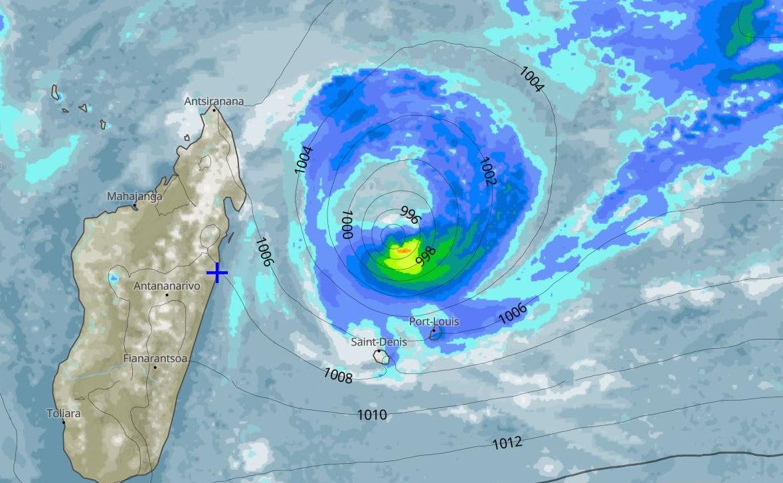 La moyenne des modèles s'accorde sur une trajectoire au Nord des Iles Soeurs puis un rapprochement de la côte orientale de la Grande Ile. MB