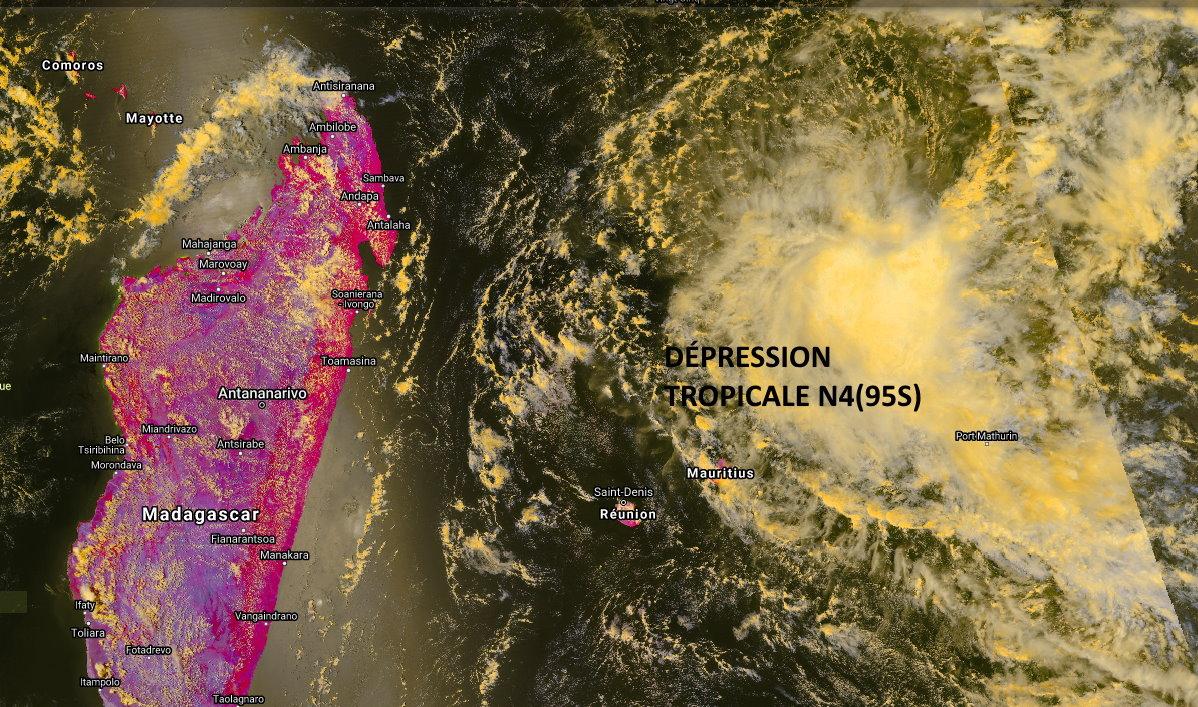 Belle capture du satellite NPP à 14h26. On voit bien le centre partiellement exposé au Nord de la convection. Le système ne parvient pas à être étagé, c'est à dire que les vents en altitude séparent les nuages proches de la surface de ceux en moyenne altitude. Cela freine ou stoppe l'intensification. NOAA. PH.