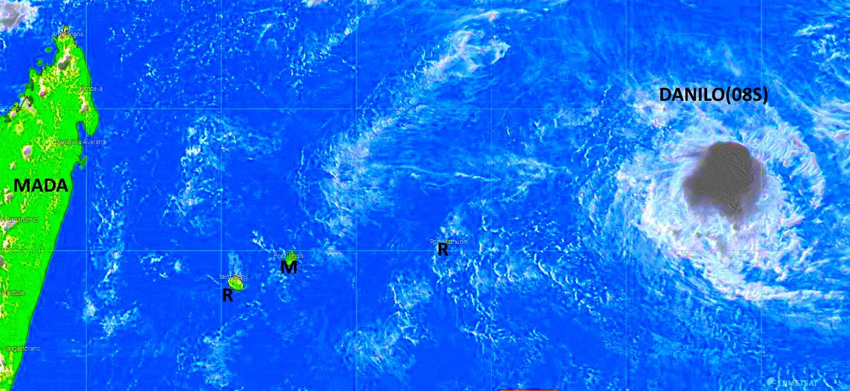 Image satellite de 17heures ce Mercredi. DANILO est encore loin à l'Est Nord-Est mais va se rapprocher. Le système est analysé en Tempête Tropicale Modérée. La convection intense( en gris) reste fluctuante mais semble s'intensifier à nouveau près du centre depuis quelques heures. PH.