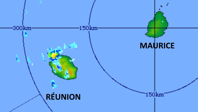 21/17h41. Le radar de TAC capture parfaitement l'activité pluvio-orageuse qui atteint alors son pic sur le Nord-Ouest de la RÉUNION. Le radar affiche des précipitations de forte intensité( de courte durée) avec une intensité estimée entre 60 et 80mm par heure. MMS/Vacoas.