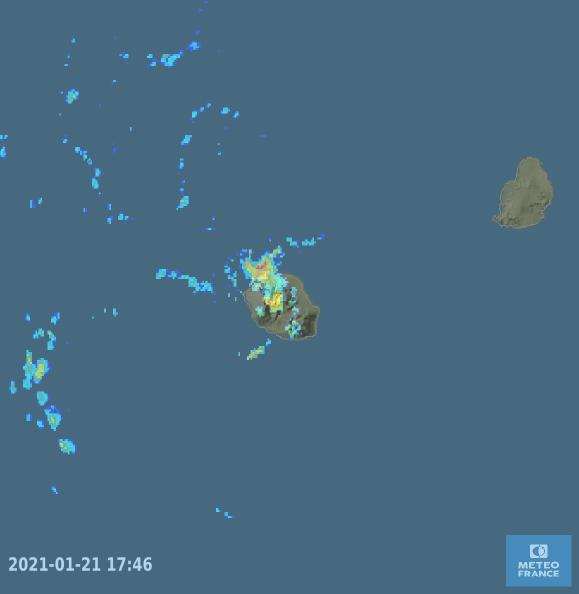21/17h46. Le radar du Colorado affine les données et affiche aussi ce petit arc convectif intense au large des côtes Nord-Ouest. MÉTÉOFRANCEOI.