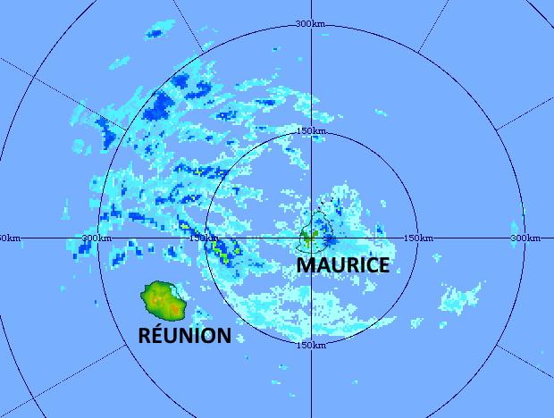 16/05h20. Des bandes pluvieuses descendent sur les ILES SOEURS par le Nord-Est. Elles intéressent MAURICE en tout début de matinée puis davantage la RÉUNION par la suite. Radar de TAC. MMS/Vacoas.