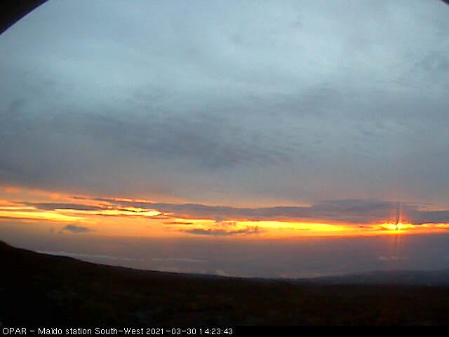 18h23. Les pluies ont cessé au MAÏDO(2200m) à la RÉUNION. Les nuages d'altitude laissent entrevoir le coucher de soleil au loin à l'horizon. MÉTÉO RÉUNION.