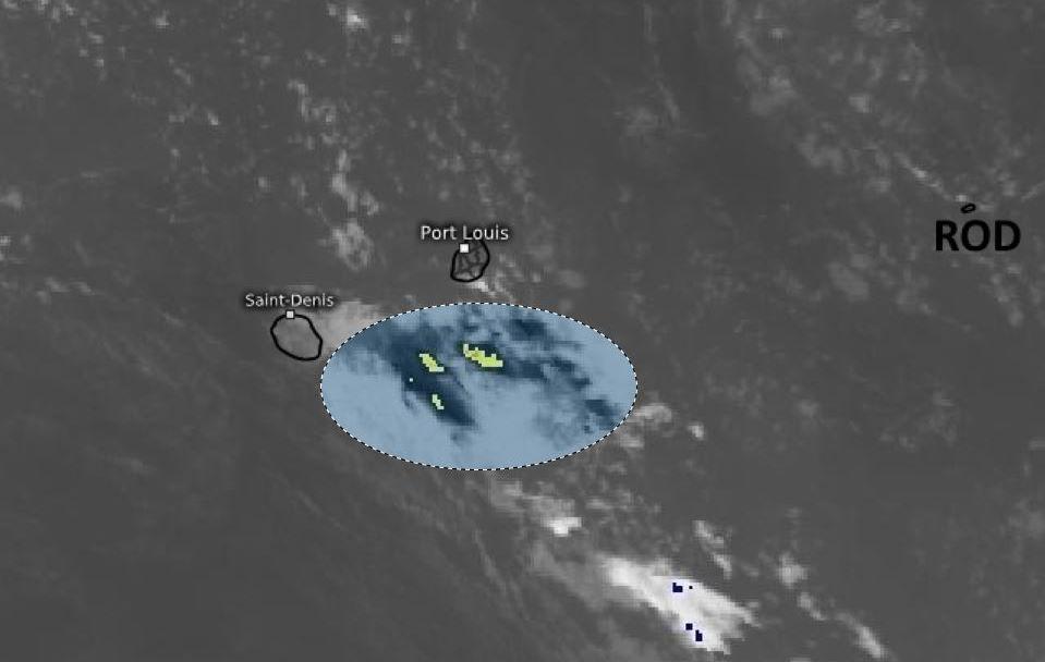 Photo satellite de 6heures ce Jeudi matin. Des alizés faibles à modérés s'établissent temporairement sur les ILES SOEURS. Ils font remonter de l'humidité par le Sud-Est. RODRIGUES est dans une zone moins humide. WUS. PH.