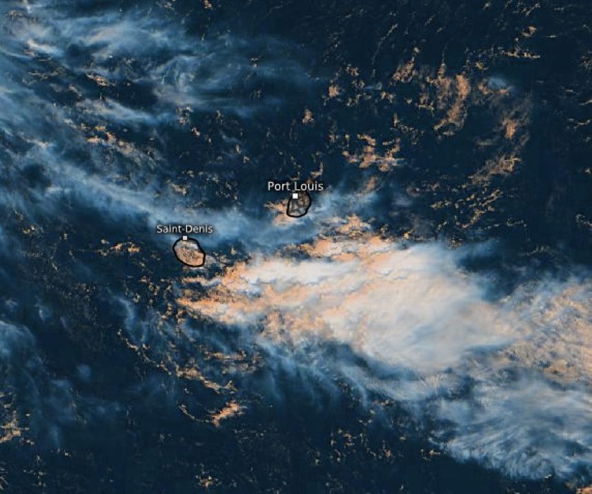 La convergence des vents en altitude et ceux plus proches de la surface a nourri la formation de nuages à caractère orageux au Sud Sud-Est des ILES SOEURS. Sur la RÉUNION et MAURICE favorisés par l'atmosphère instable les nuages formés sur les terres engendrent de bonnes précipitations localisées cet après-midi avec un risque orageux modéré. WUS.