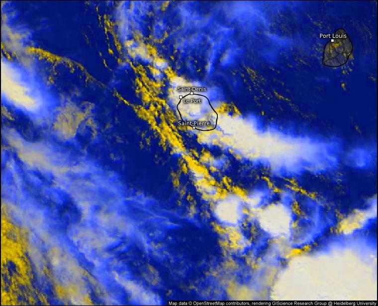 A midi le ciel Réunionnais est bien chaotique alors que le Mauricien est encore serein. WUS.