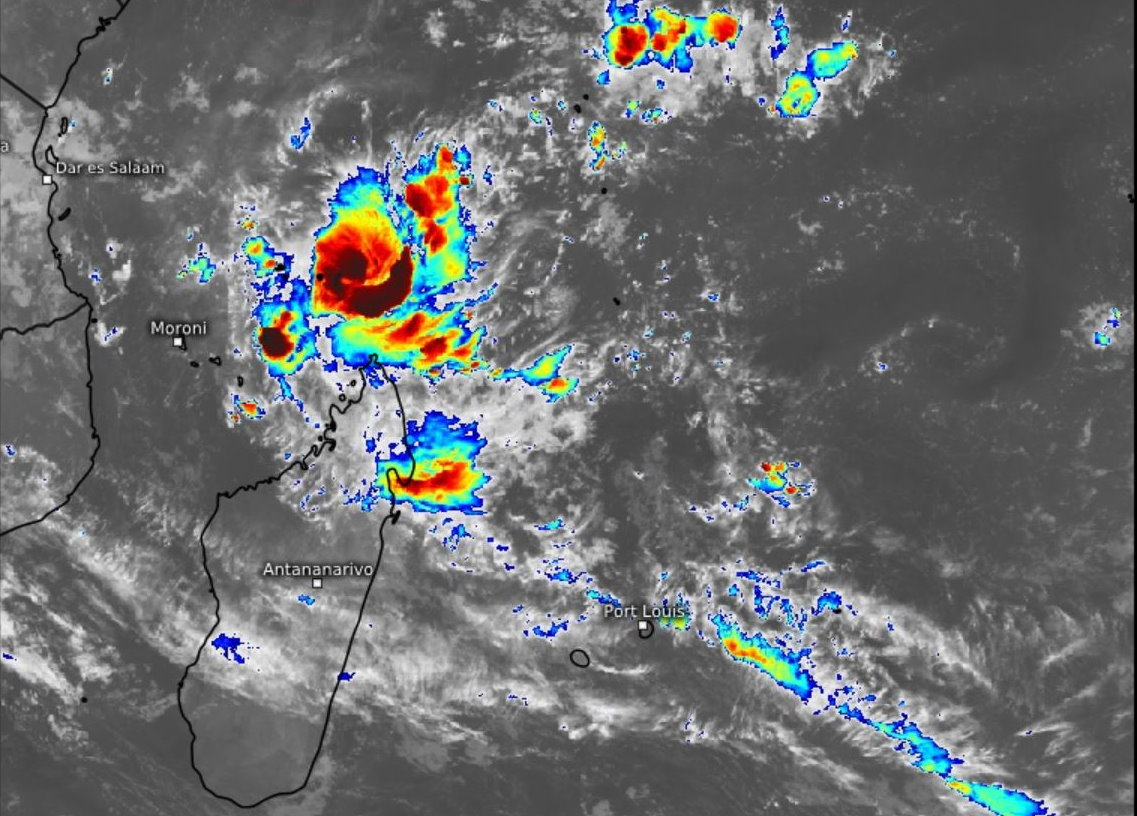 29S(JOBO). 21/0230UTC.ENHANCED INFRARED SATELLITE IMAGERY SHOWS A SMALL, RAPIDLY DEVELOPING CYCLONE, WITH A CURVED  BAND OF CONVECTION WITH CLOUD TOPS COLDER THAN -80CELSIUS NEARLY  ENCIRCLING THE LOW-LEVEL CENTER.