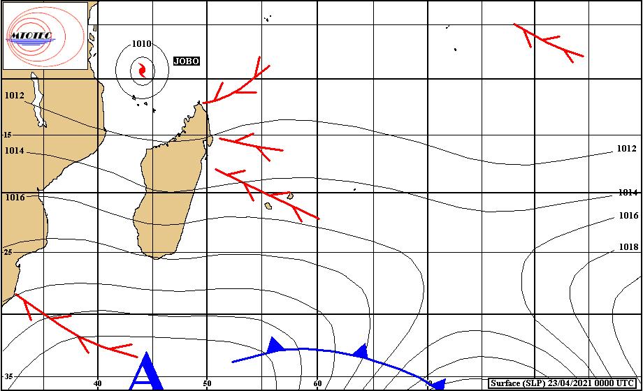 Analyse de la situation de surface ce Vendredi matin. Toujours des bandes pluvieuses dans le voisinage des ILES SOEURS. La masse d'air étant instable des cellules pluvio-orageuses s'activent localement au contact des côtes Sud-Est de la RÉUNION et dans une moindre mesure de MAURICE. La Tempête Tropicale Modérée JOBO(29S) évolue sur le Nord du Canal de MOZ et à 575km de la grande ville de Dar es Salam/Tanzanie. MTOTEC.