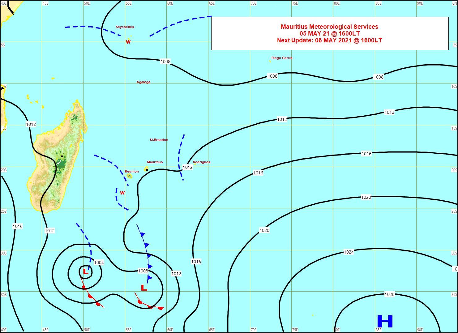 Analyse de la situation de surface de ce Mercredi à 16heures. La ligne de convergence (w) se trouve à proximité Ouest de la RÉUNION. Elle se prolonge par un Front Froid plus au Sud. Une ligne d'instabilité évolue entre MAURICE et RODRIGUES. La Dépression extra-tropicale au Sud-Est de MADA s'éloigne de notre zone. Une zone d'instabilité évolue entre les SEYCHELLES et AGALÉGA. MMS/Vacoas.